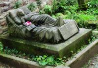১৫০ বছর ধরে ক্যারলিনের কবরে প্রতিদিন কে তাজা ফুল দিয়ে যায় কেউ জানে না
